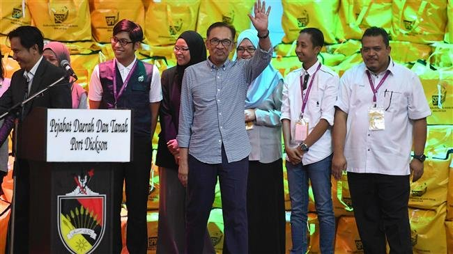 Photo of Malaysia's Anwar Ibrahim officially returns to political life after election win