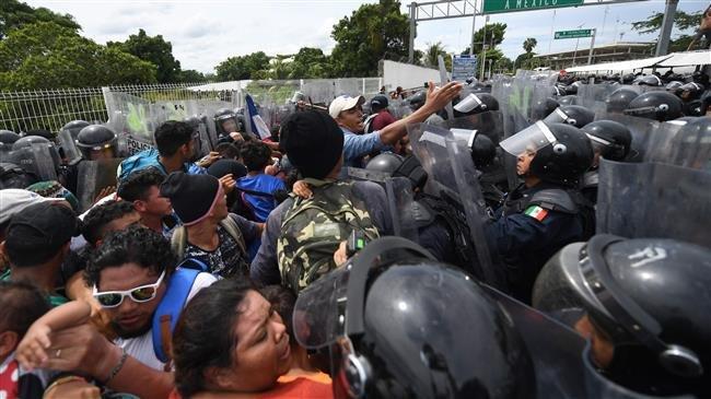 Photo of 1000 of US-bound Honduran migrants storm Guatemala border into Mexico