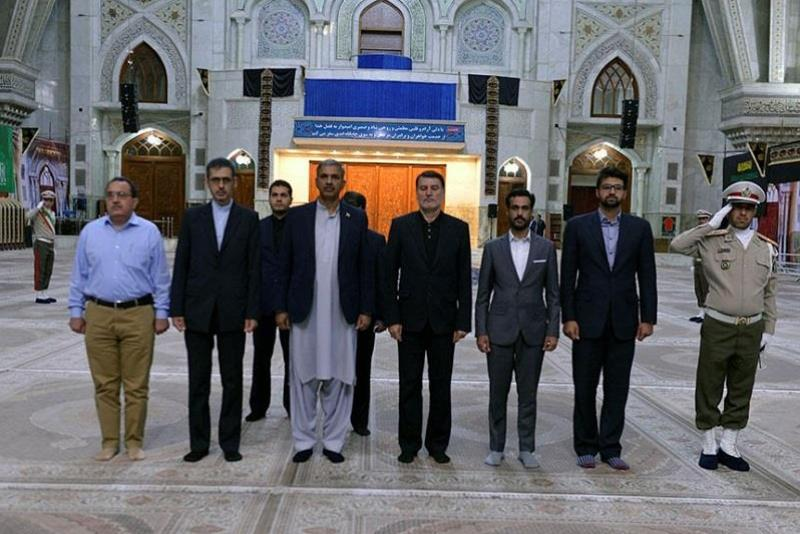 Photo of Pakistan defense secretary pays tribute to late Imam