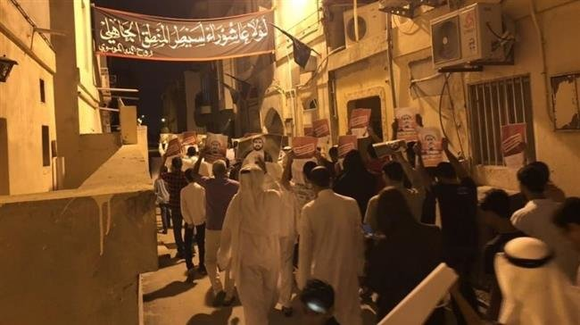 Photo of Bahraini protesters show support for detained senior clergyman