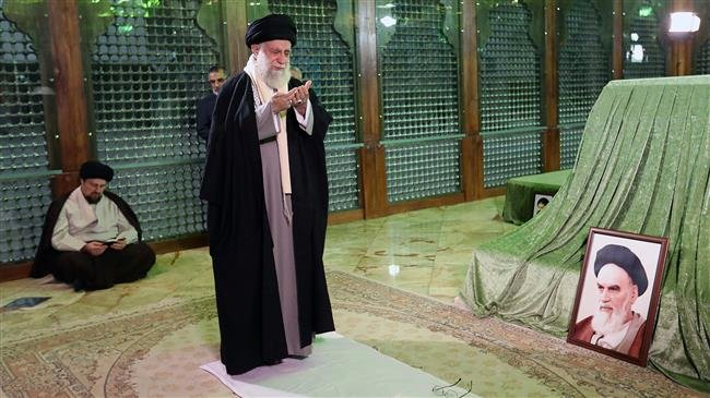 Photo of Supreme Leader pays tribute to lmam Khomeini, Iranian martyrs