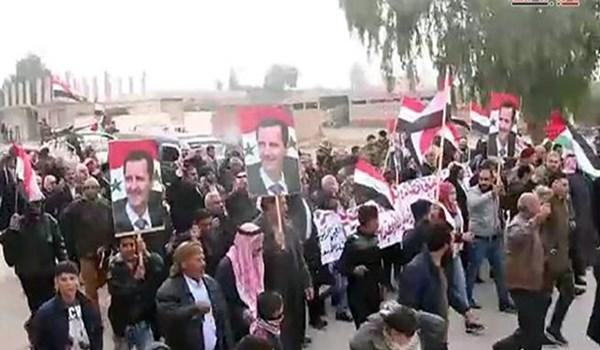 Photo of Syrians Hoist Gov't Flag Across Raqqa City