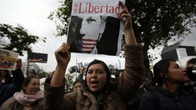 Photo of Ecuadoreans protest against president Morreno, call for Assange release