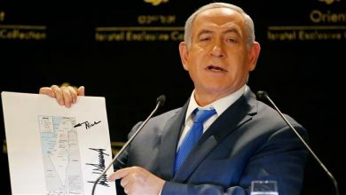 Photo of American Dream: Insane Trump signs 'nice' on fake map of 'israel' gifted to butcher Netanyahu