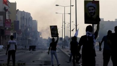 Photo of Bahraini protesters denounce zionist regime's execution of young activists