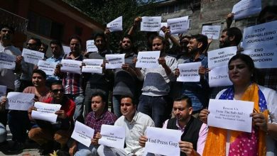 Photo of Dozens of journalists stage protest against 'media gag' in Kashmir