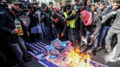 Photo of Palestinian protesters denounce Trump Mideast plan
