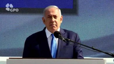 Photo of Woman throws apple at zionist Netanyahu during press conference