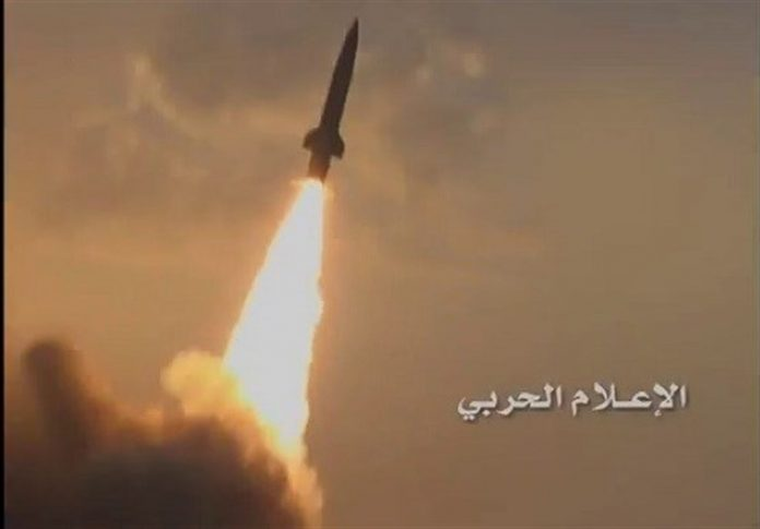 Photo of Ansarallah forces confront enemy warplane with new air defense missile