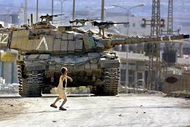 Photo of Zionist regime tanks fire shells at Palestinian resistance positions in central besieged Gaza Strip