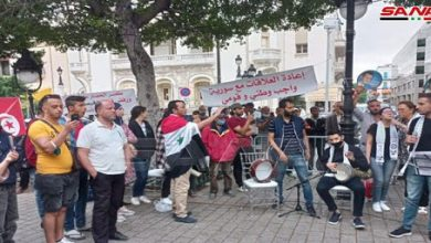 Photo of Tunisians stage a solidarity stand, calling for restoring relations with Syria, breaking siege