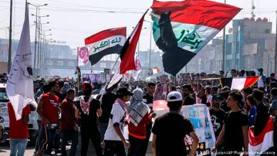 Photo of Iraqi protesters clash with police in Baghdad
