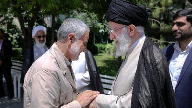Photo of General Soleimani autobiography debuts with Imam Sayyed Ali Khamenei's autograph